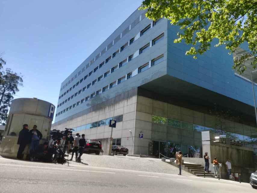 La prensa hace guardia frente al hospital en el que se encuentra ingresado Casillas desde el miércoles pasado.