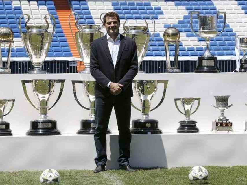 Casillas, durante el acto que le organizó el club en su despedida. En la imagen aparece delante de los trofeos conseguidos con el Real Madrid.