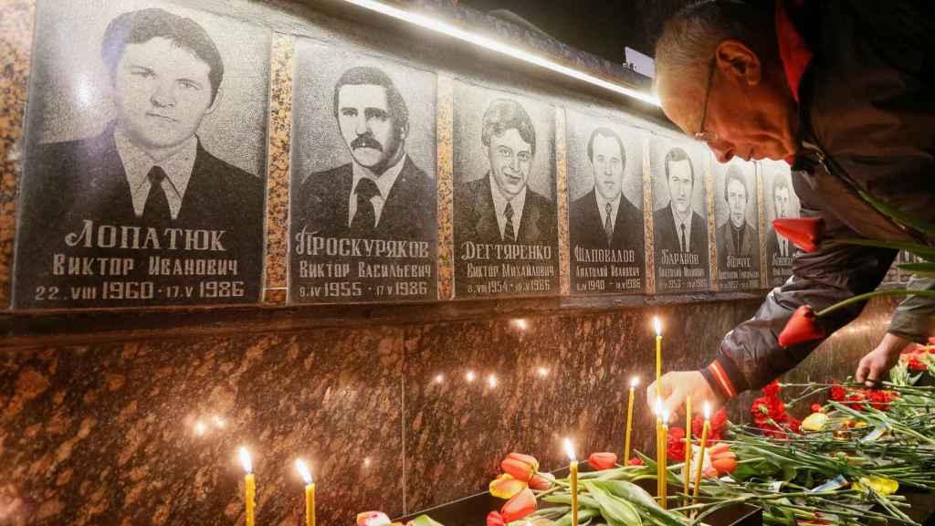 Un hombre deposita una vela en un memorial de Chernóbil hace una semana.