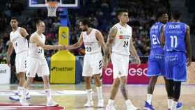 Los jugadores del Real Madrid celebran una canasta ante San Pablo Burgos