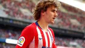 Griezmann en un duelo con el Atlético de Madrid