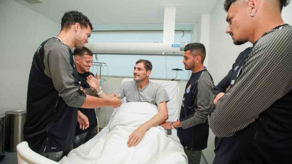 Varios jugadores del Oporto saludan a Casillas. Foto: Twitter. (@ElTransistorOC)