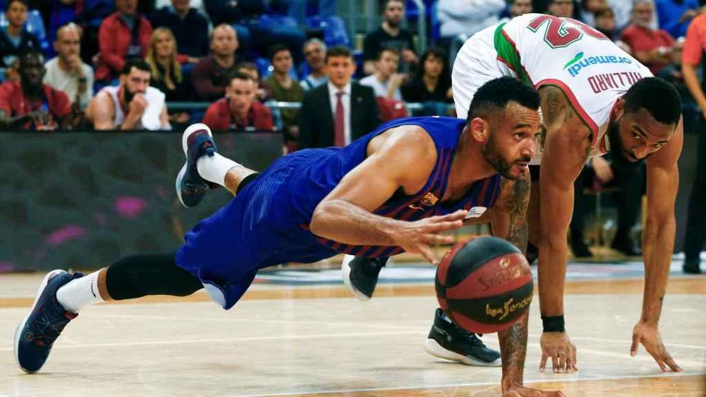 Adam Hanga pierde el equilibrio ante el Baskonia