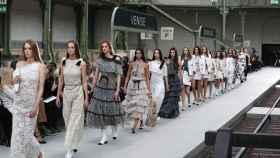 Algunas de las modelos de Chanel desfilando en el Grand Palais.