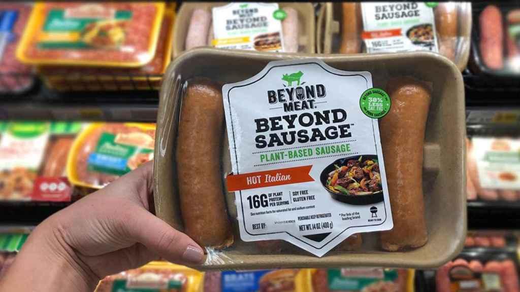 Un paquete de salchichas de proteínas vegetales de Beyond Meat.