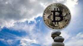 Un montaje con una moneda de bitcoin elevándose al cielo.