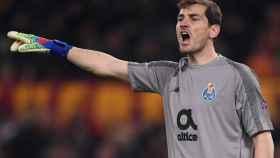 Casillas vestido con los colores del Oporto en un partido de Champions contra la Roma