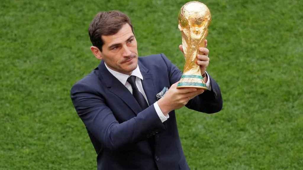 Iker Casillas presenta el trofeo de la copa del mundo en la ceremonia inaugural del Mundial de Rusia