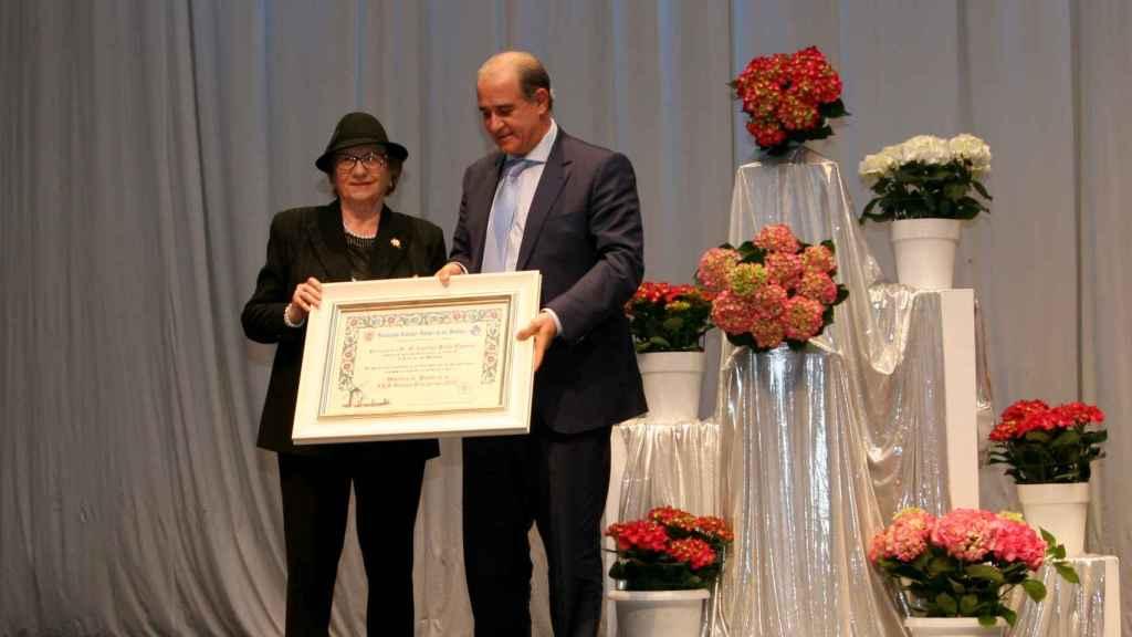 Francisco Pardo, director general de la Policía, recibe el diploma como Molinero de Honor de manos de Lola Madrid, presidenta de la Asociación de los Amigos Hidalgos de los Molinos de Campo de Criptana.