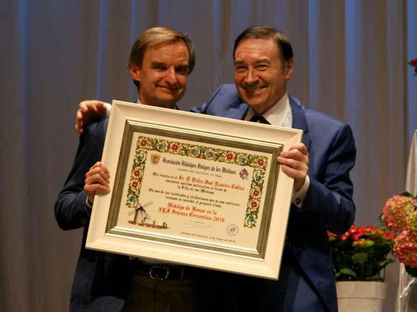 Miguel Ángel Mellado, el director de información de EL ESPAÑOL, entrega el diploma como Hidalgo de Honor a Pedro J. Ramírez, director del citado periódico.