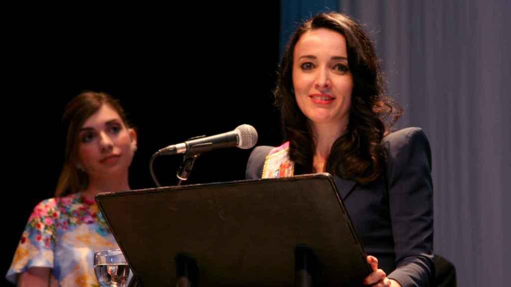La abogada Cruz Sánchez de Lara durante su intervención en el teatro Cervantes de Campo de Criptana.