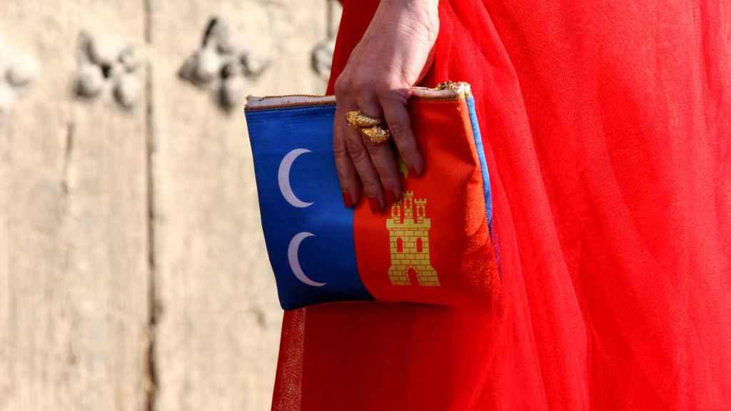 Detalle del bolso que llevó Cruz Sánchez de Lara con la bandera de Campo de Criptana, localidad en la que tuvo lugar la entrega de premios.
