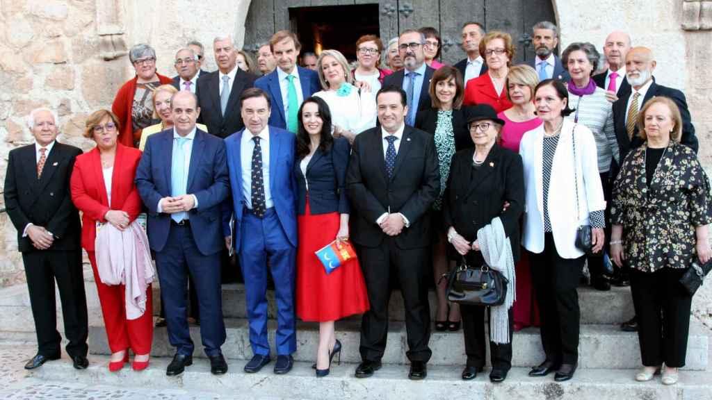 Los galardonados, con el alcalde de Campo de Criptana, Antonio Lucas-Torres junto a Cruz Sánchez de Lara, acompañados de los miembros de la Asociación de Hidalgos y parte de la corporación municipal.