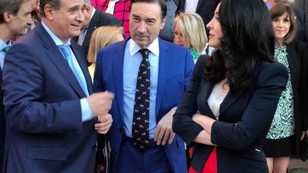 Los galardonados Francisco Pardo, director general de la Policía; Pedro J. Ramírez, director de EL ESPAÑOL y la abogada Cruz Sánchez de Lara.