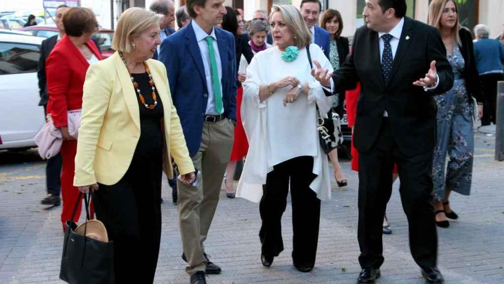 De izquierda a derecha: Julia Saez-Angulo, mantenedora del acto, junto con Miguel Ángel Mellado, director de información de EL ESPAÑOL, la periodista Esther Esteban y Antonio Lucas-Torres, alcalde de Campo de Criptana.