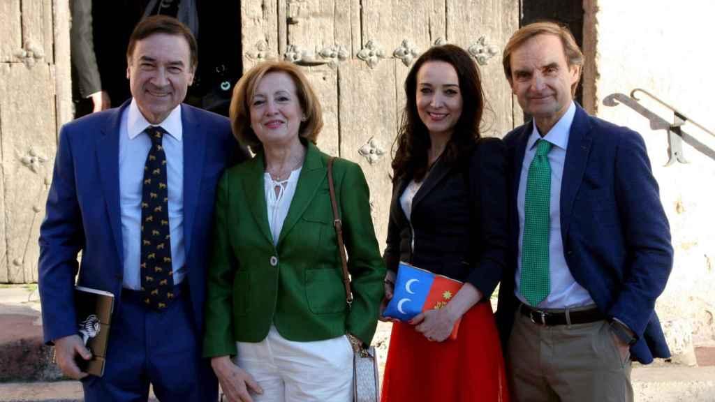 De izquierda a derecha: Pedro J. Ramírez, director de EL ESPAÑOL, Isabel Mascaraque, esposa de Miguel Ángel Mellado, la abogado Cruz Sánchez de Lara y el director de información del citado periódico.