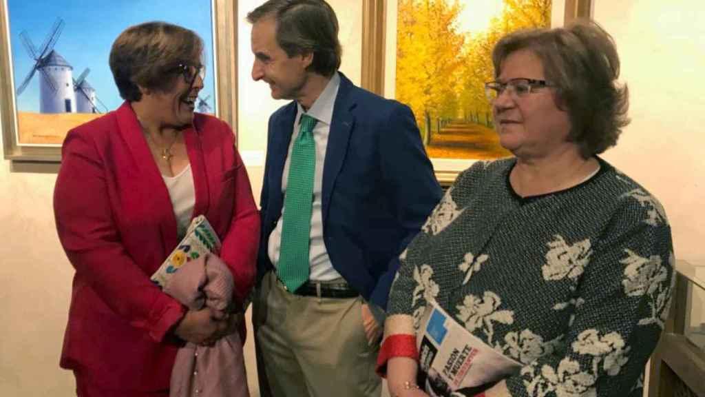 De izquierda a derecha: Carmen Olmedo, delegada del gobierno de Castilla La Mancha en Ciudad Real, Miguel Ángel Mellado, director de información de EL ESPAÑOL, y Julia Martínez, esposa de Francisco Pardo.