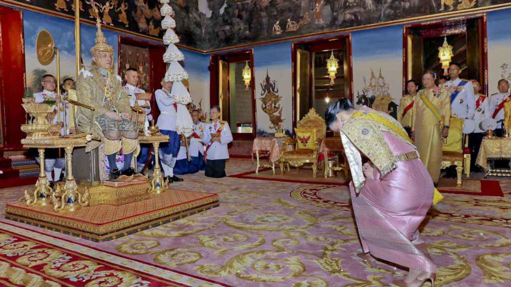 Detalle del momento en el que el rey de Tailandia recibió la corona.