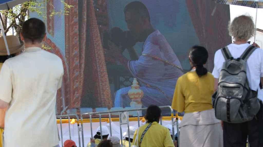 Algunos ciudadanos han vivido este momento histórico desde las calles, con las pantallas que el gobierno ha colocado.