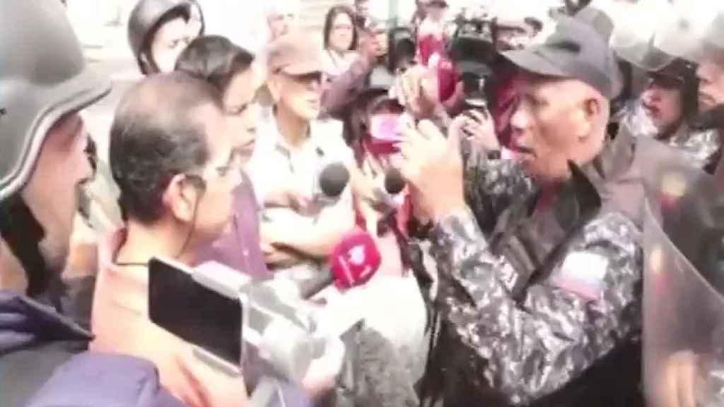 Momento en el que los manifestantes leen ante un militar.