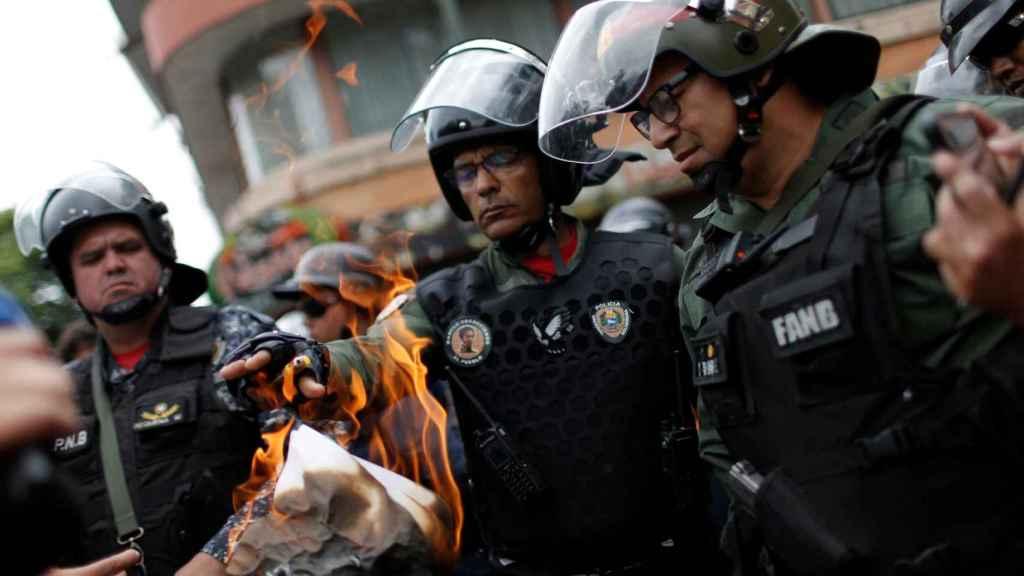Momento en el que las autoridades queman el documento.
