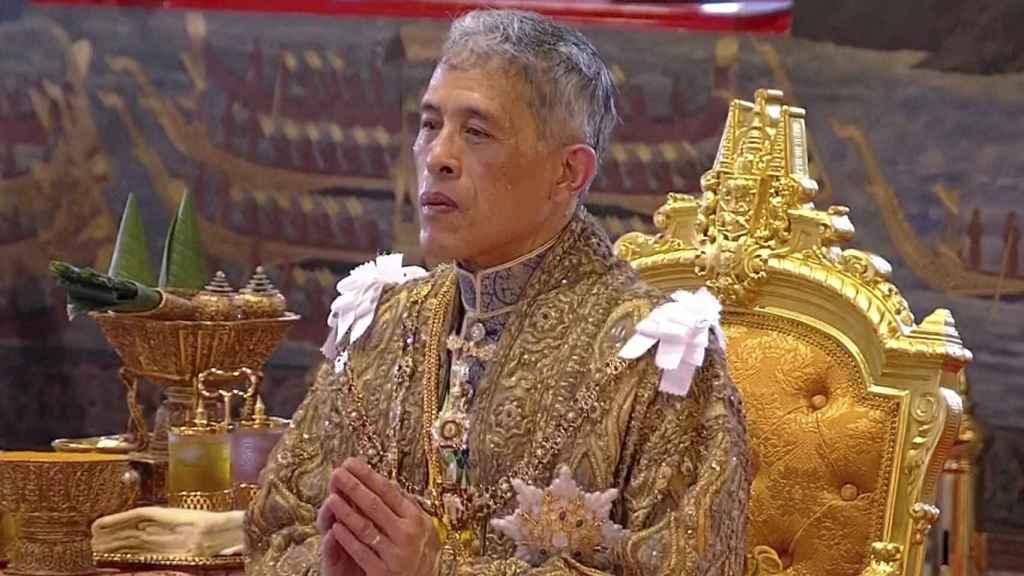 El rey Vajiralongkorn de Tailandia ha sido coronado en una suntuosa ceremonia en el Gran Palacio Real de Bangkok.