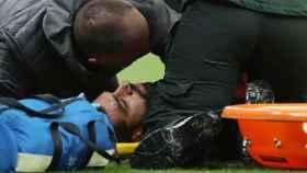 Salah, retirado en camilla ante el Newcastle