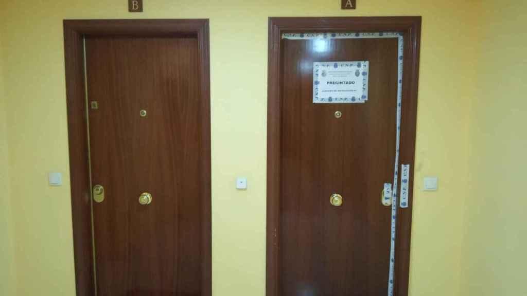 Imagen de la puerta precintada de la vivienda donde residía Juana, en la Calle de los Reyes Católicos de Parla.