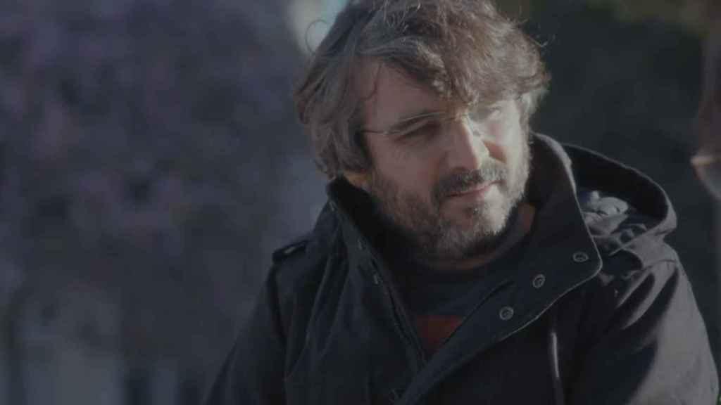 Jordi Évole durante una de sus entrevistas en su barrio de Cornellá.