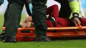 Mohamed Salah, retirado en camilla en el Newcastle - Liverpool de la Premier League