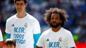 Courtois y Marcelo con la camiseta de apoyo a Iker Casillas