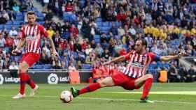 Diego Godín en un duelo con el Atlético de Madrid