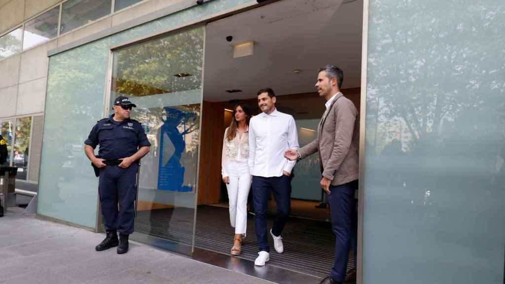 Iker Casillas y Sara Carbonero en la salida del guardameta del hospital