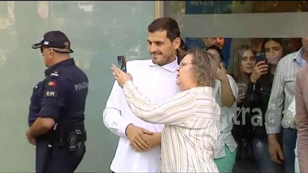 Una señora se fotografía con Iker Casillas a su salida del hospital
