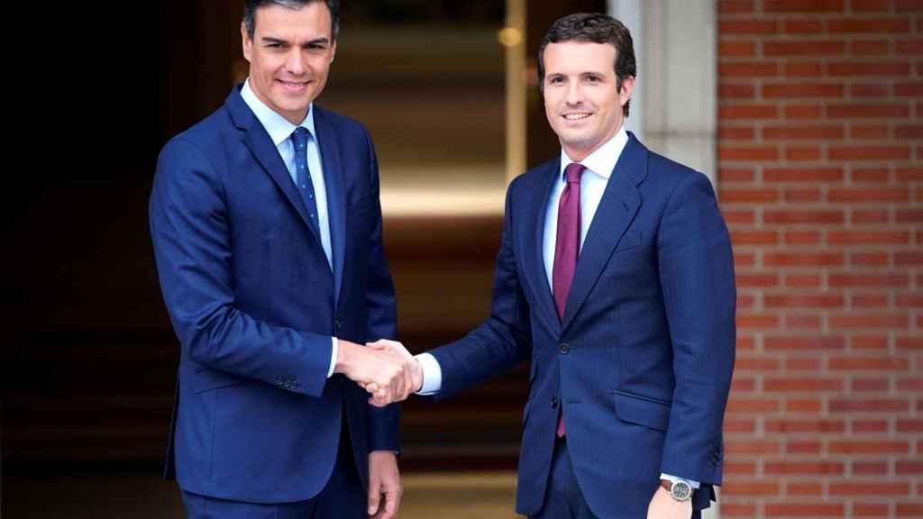 Sánchez recibe a Casado en La Moncloa.