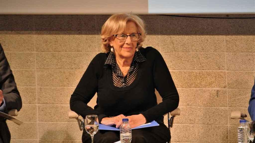 La alcaldesa de Madrid, Manuela Carmena (Más Madrid), posa para la prensa al inicio del debate.