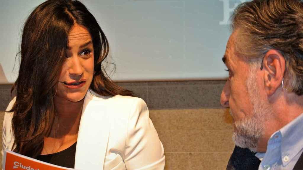 El candidato del PSOE, Pepu Hernández, departe con Begoña Villacís (Cs), en el debate.