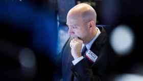 Un bróker con cara de preocupación en Wall Street.