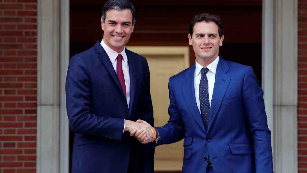 Rivera con Sánchez a la llegada a la Moncloa.