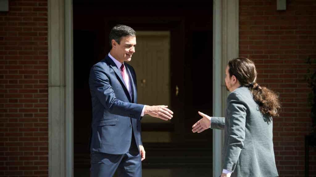 Pedro Sánchez recibe a Pablo Iglesias en Moncloa.
