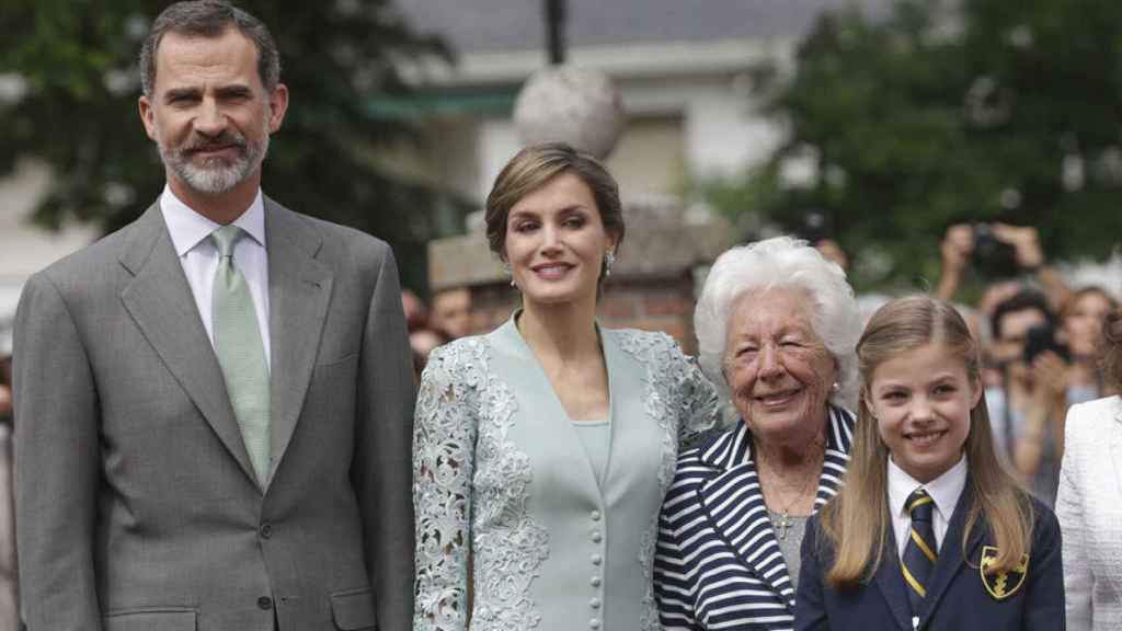 Los reyes Felipe y Letizia junto a la abuela Menchu en la comunión de la infanta Sofía.