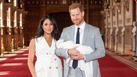 Harry de Inglatera y Meghan Markle junto al pequeño en una imagen cedida por Casa Real.