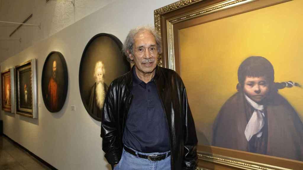 Rafael Coronel, mientras posa junto a una de sus obras, en Ciudad de México (México).