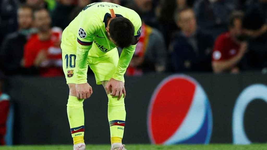 Leo Messi cabizbajo tras el último gol del Liverpool que confirma la eliminación de la Champions League