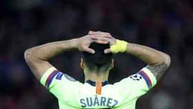 Luis Suárez desolado con las manos en la cabeza