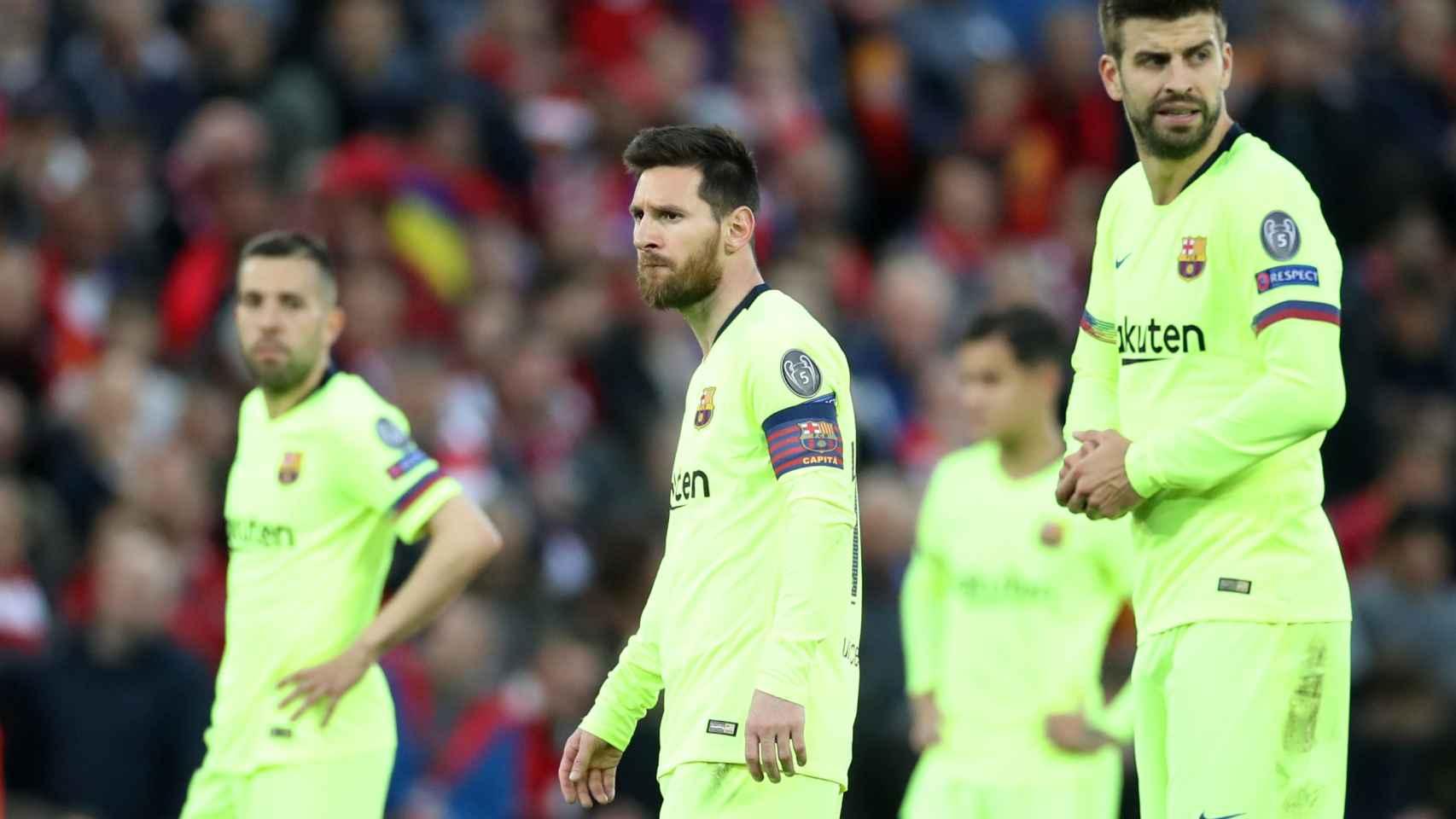 Gerard Piqué, Leo Messi y Jordi Alba miran a sus compañeros