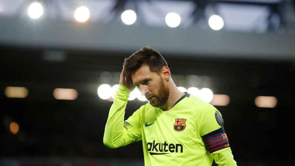 Leo Messi preocupado durante el encuentro frente al Liverpool