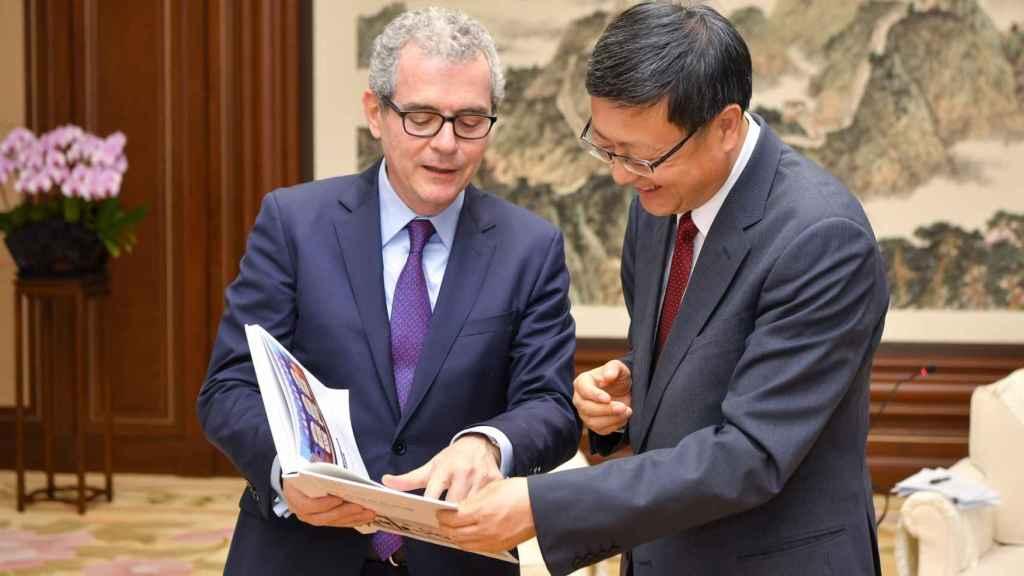 Pablo Isla, presidente de Inditex junto a Jining Chen, alcalde de Pekín.