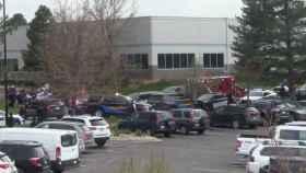 Fuerzas de seguridad y equipos de rescate a las puertas de la STEM School de Denver.