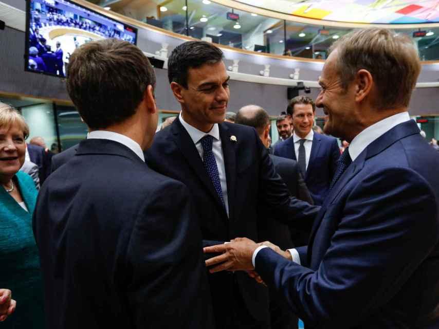 Sánchez conversa con Tusk en presencia de Merkel durante un Consejo Europeo